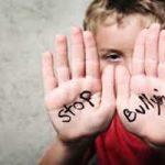 Vincenzo, ieri vittima dei bulli, fonda un'associazione contro il bullismo nelle scuole.